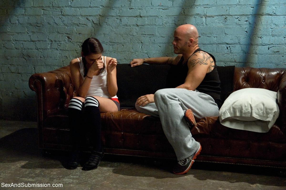 Ева Феникс и Деррик Пирс оказывается мощно оттраханной после того, как мужчина связывает ее