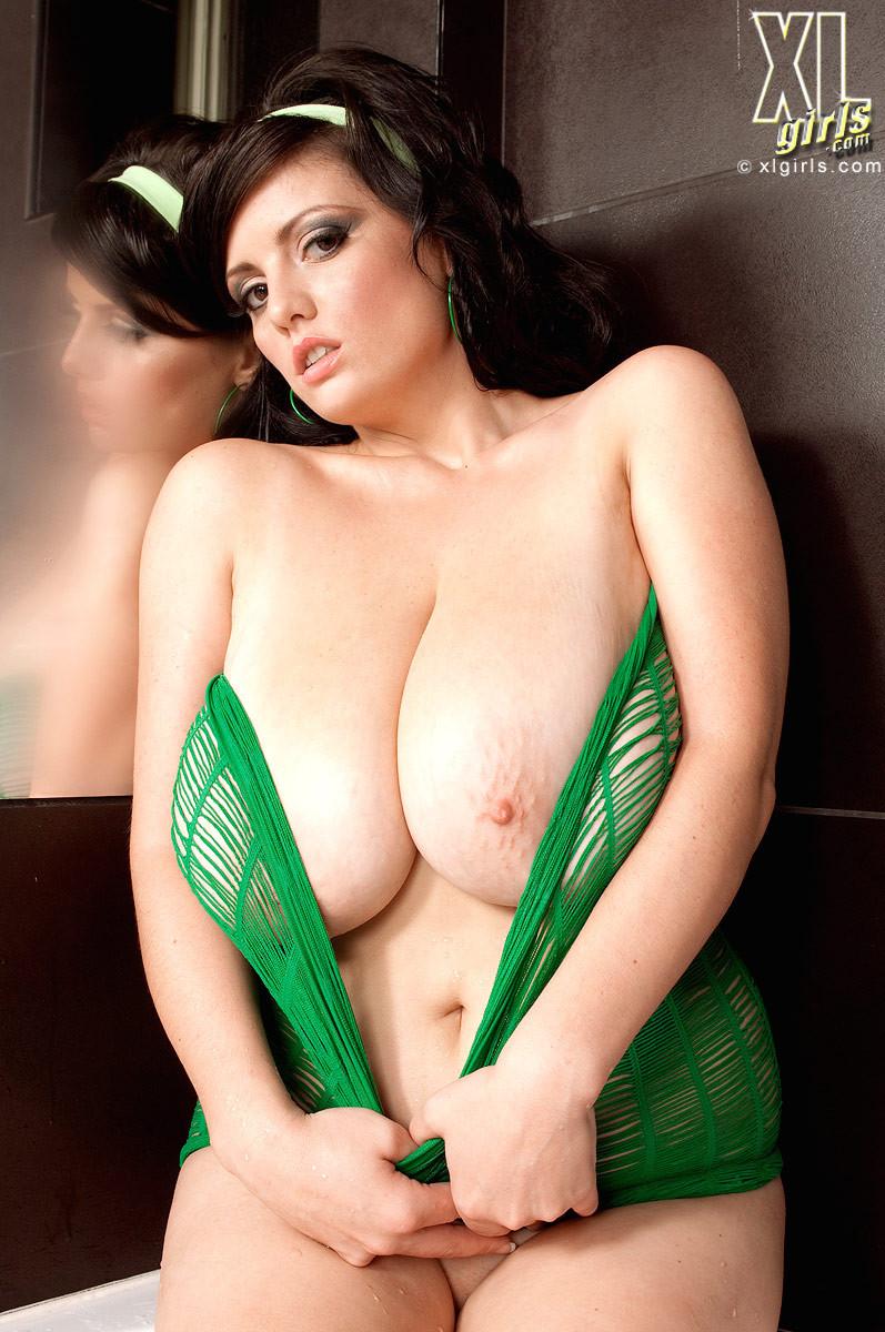 Арианна – горячая женщина с эффектной внешностью, она просто поражает своей сексуальностью