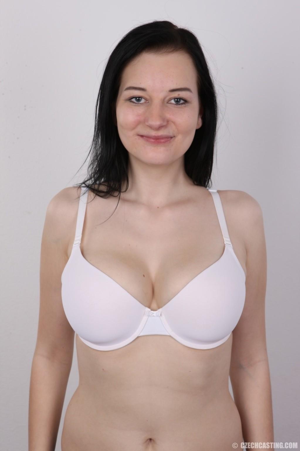 В чешском кастинге девушка решает показать всю себя без одежды и не стесняется камеры