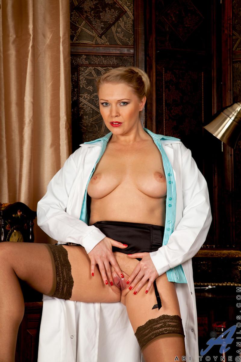 Сочная медсестра занимается мастурбацией своей промежности у себя в кабинете