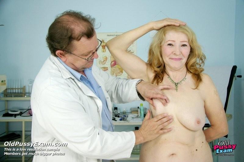 Женщина приходит к врачу, чтобы позволить осмотреть себя с ног до головы – ей это даже нравится