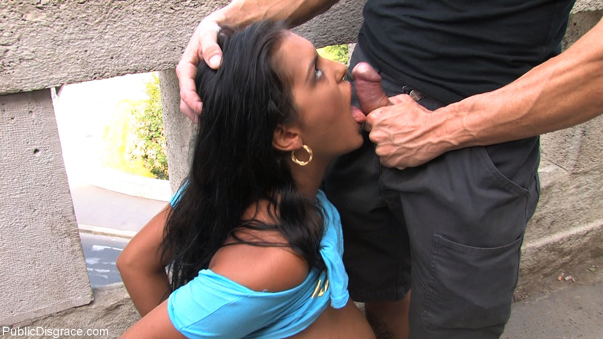 Смуглую девушку трахают в пизду и рот прямо на асфальте