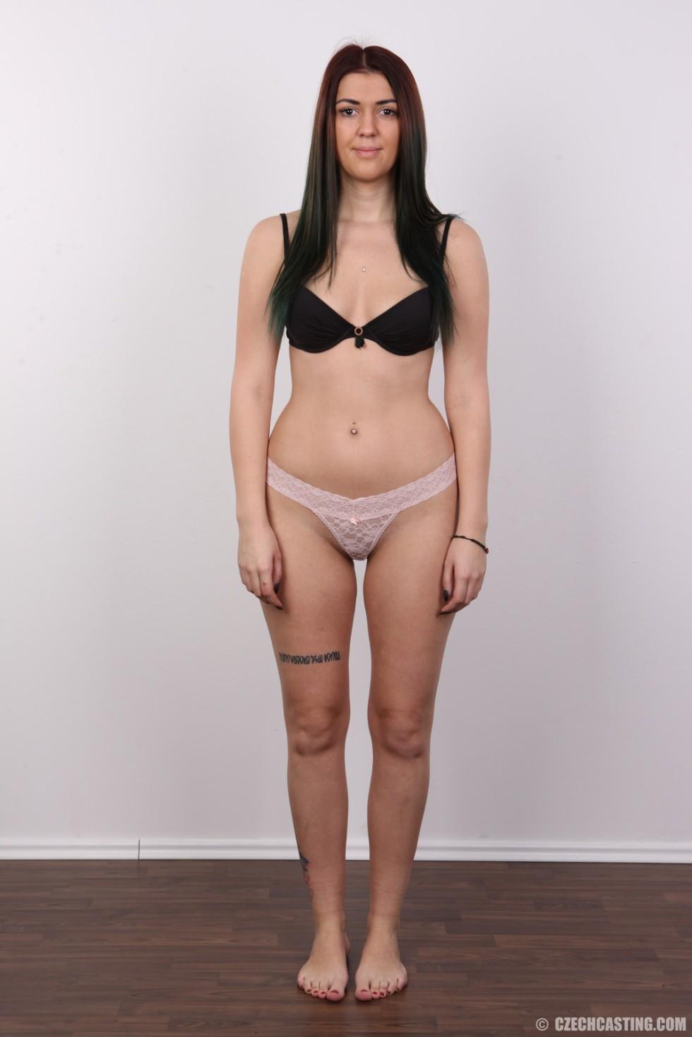Очень красивая молодая девушка оголяет свое красивое тело перед камерой