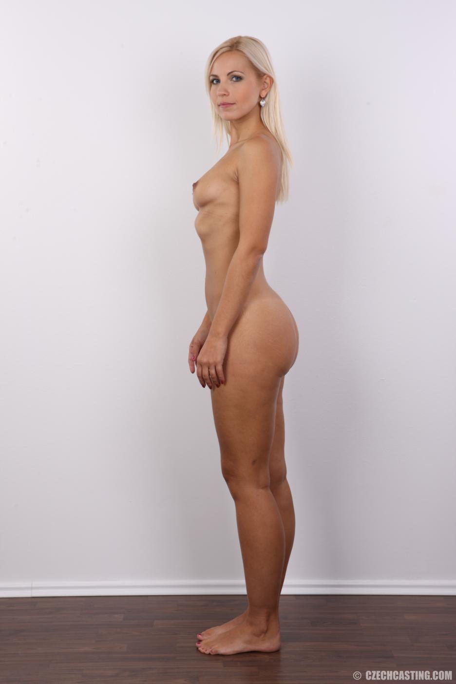 Блондинка с упругими сиськами сняла с себя всю одежду на порно кастинге