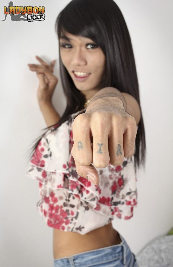 Азиатка с большим членом на месте пизды улыбается перед камерой