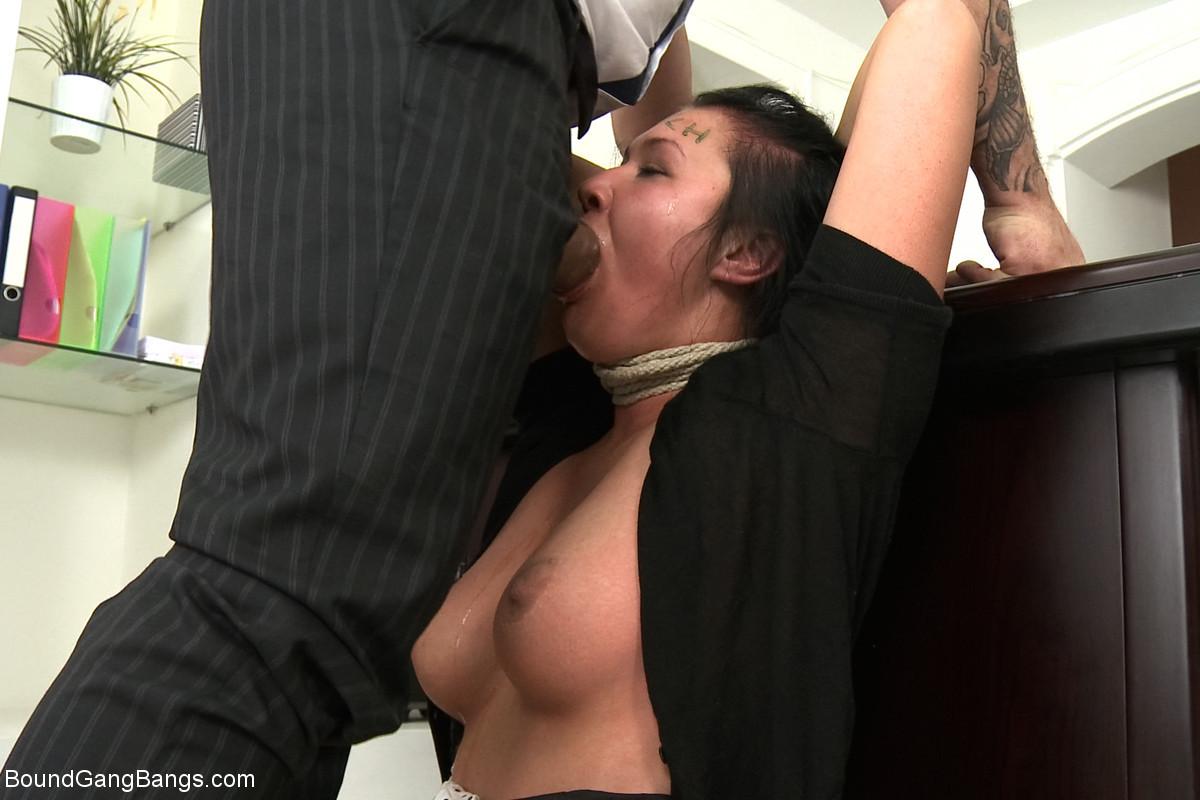 Брюнетку на кастинге отымели три мужика которые кончили той на лицо