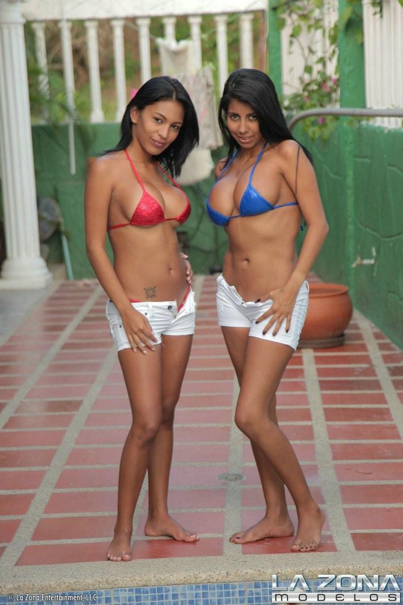 Две сексапильные подруги фотографируются на фоне бассейна в аквапарке, телки просто бомба