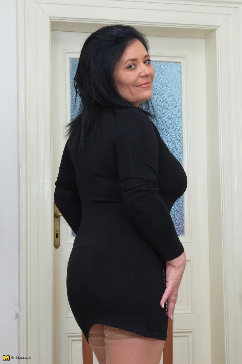 Зрелая женщина в теле показывает себя со всех сторон