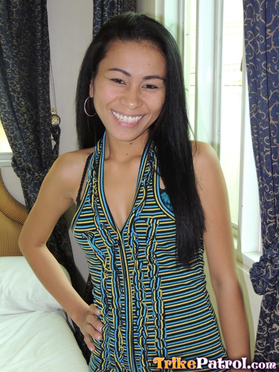 Филиппинка показывает свою стройную фигурку, а затем подставляет дырочку для хорошего секса