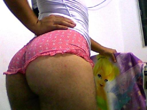 Сексуальная и большая попка в розовых трусиках заводит парней