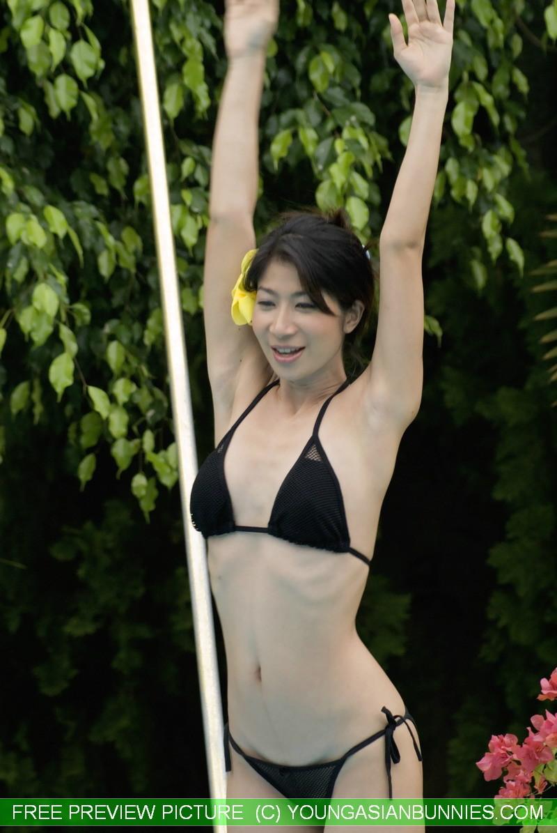 Азиатка с маленькой грудью медленно снимает с себя черный лифчик