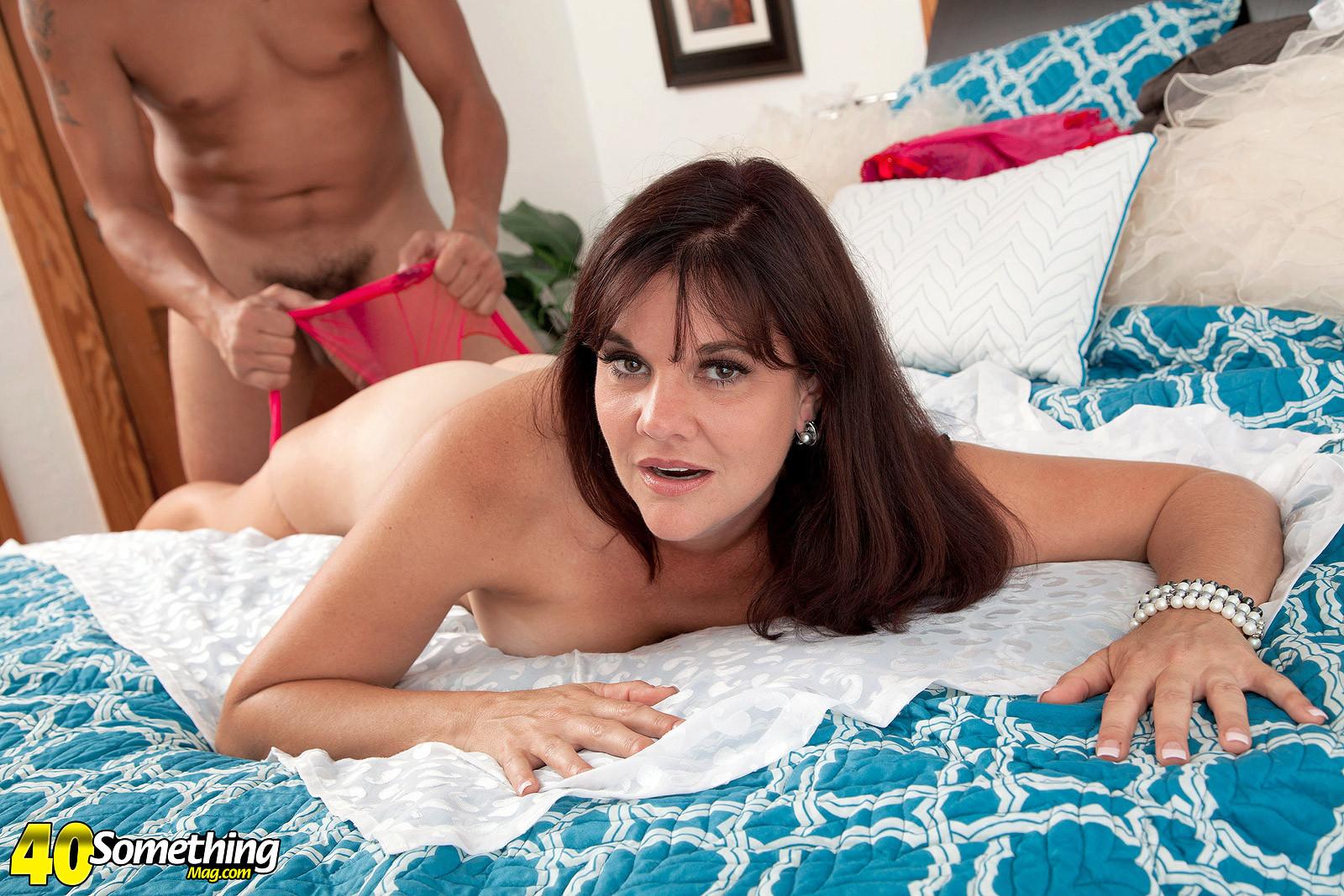 Сорокалетняя Виктория Миллер с легкостью соблазняет мужчину и отдается ему на мягкой кровати