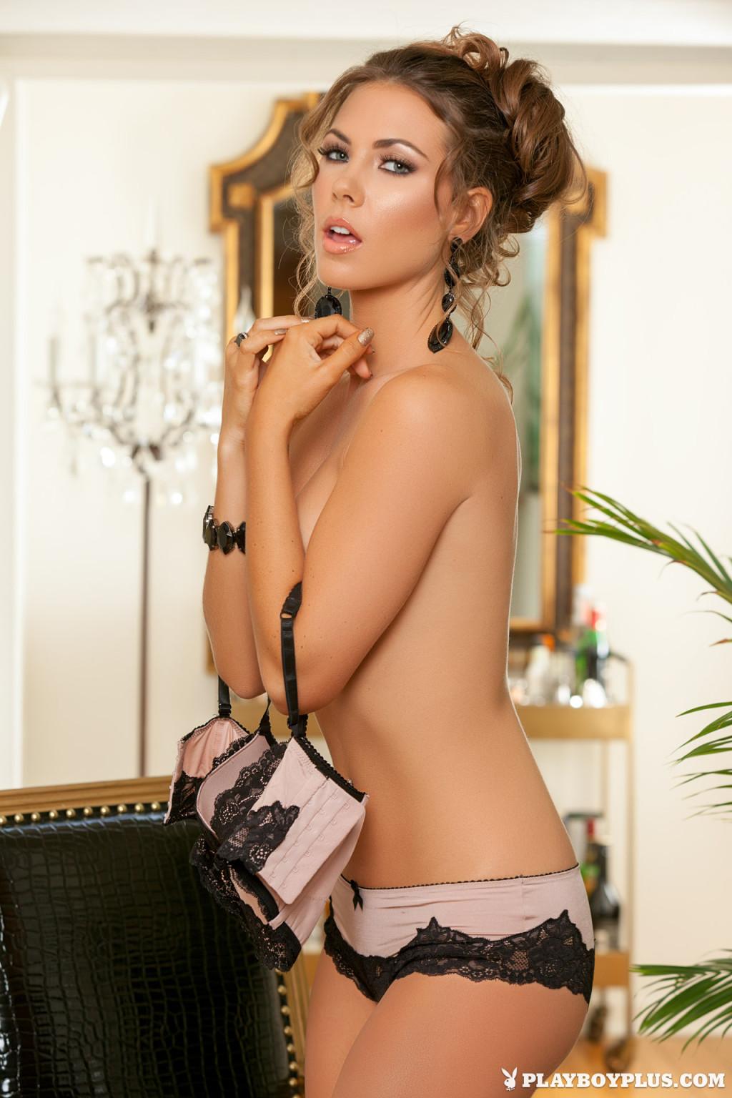 Джиа Рэмей Джей снимает с себя красивое белье и показывает восхитительное тело