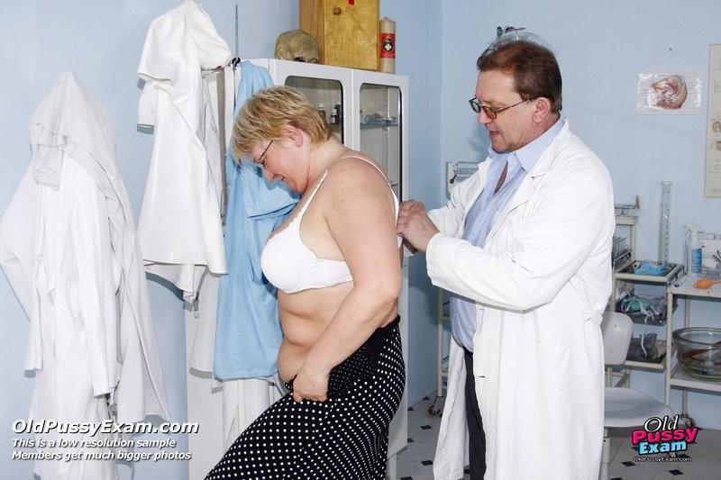 Женщина в возрасте приходит показаться врачу, а он устраивает ей хороший осмотр с пристрастием