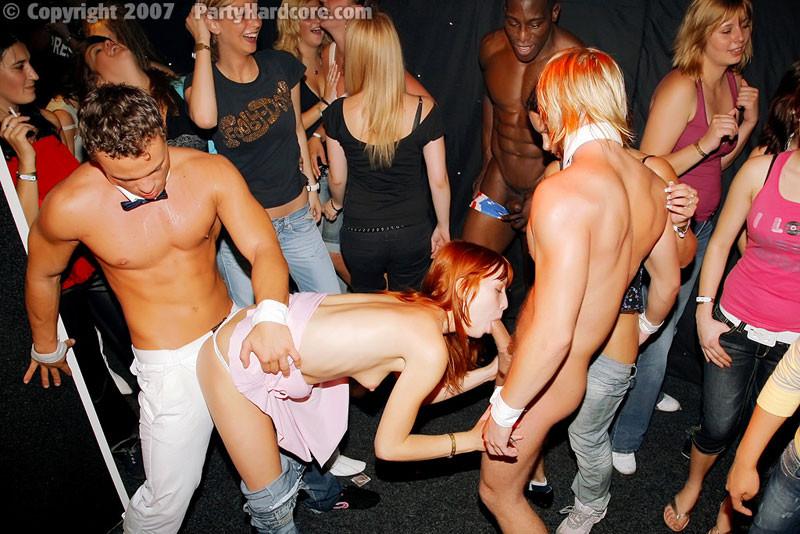 На жаркой вечеринке развратные люди устраивают мощную групповуху – всех возбуждают беспорядочные связи