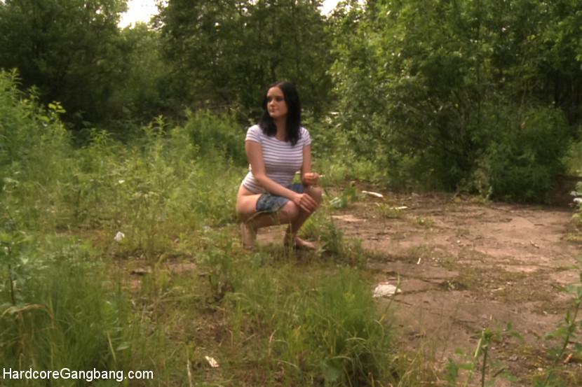 Брюнетка отошла пописать в кусты, но была схвачена тремя парнями, они устроили ей жесткое порево