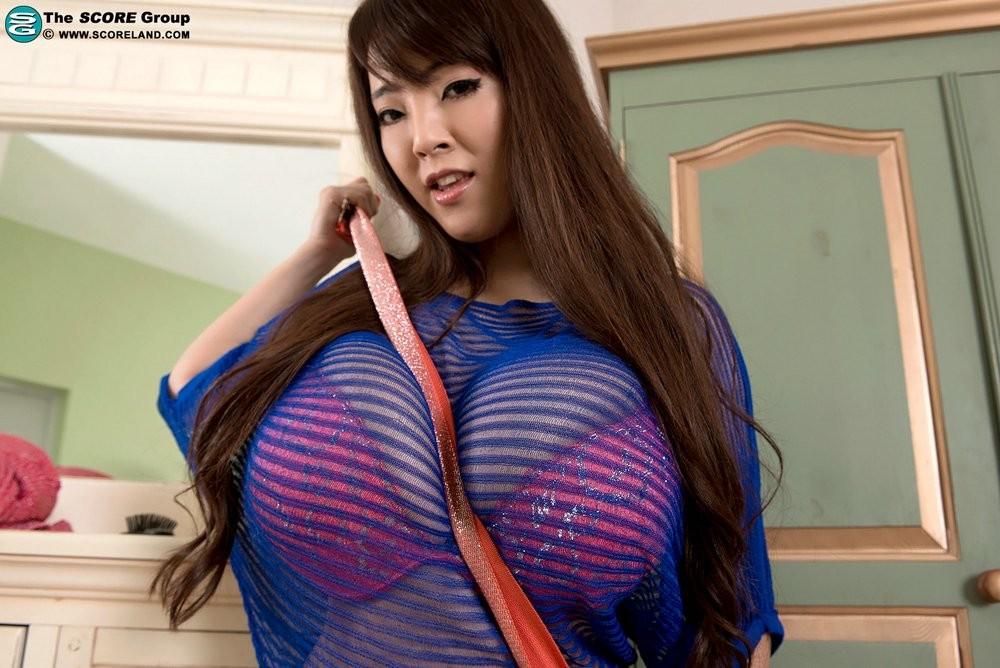 Азиатка с очень огромными буферами за деньги вывалила их на камеру