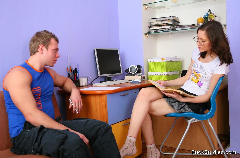 Молодую русскую красотку чувак выебал прямо в её кабинете