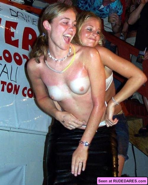 Девки на различных тусовках с удовольствием отлизывают друг другу и показывают свои огромные сиськи, хоть они и не лесбиянки