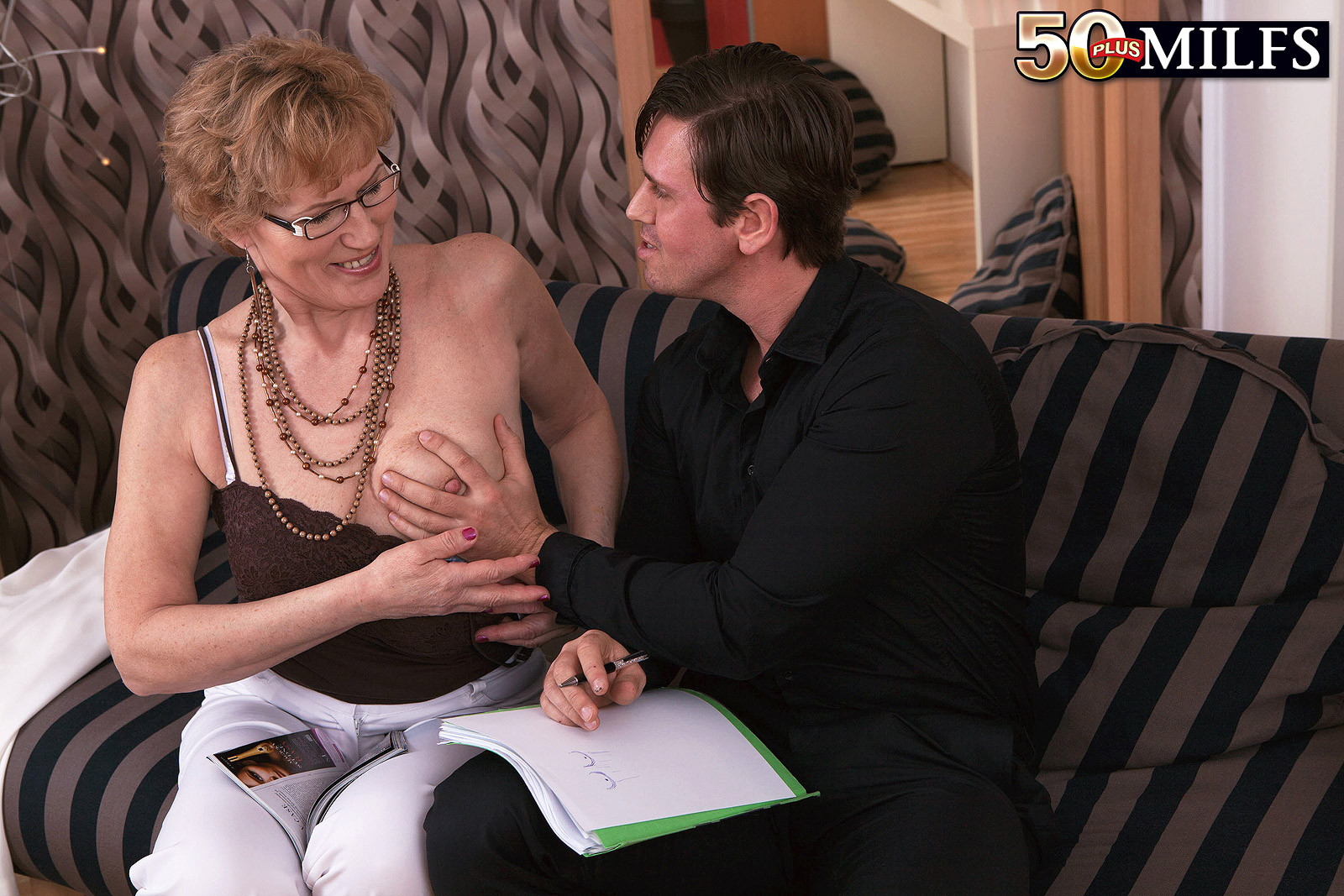 Зрелая тетка в чулках сделала молодому минет и дала в жопку