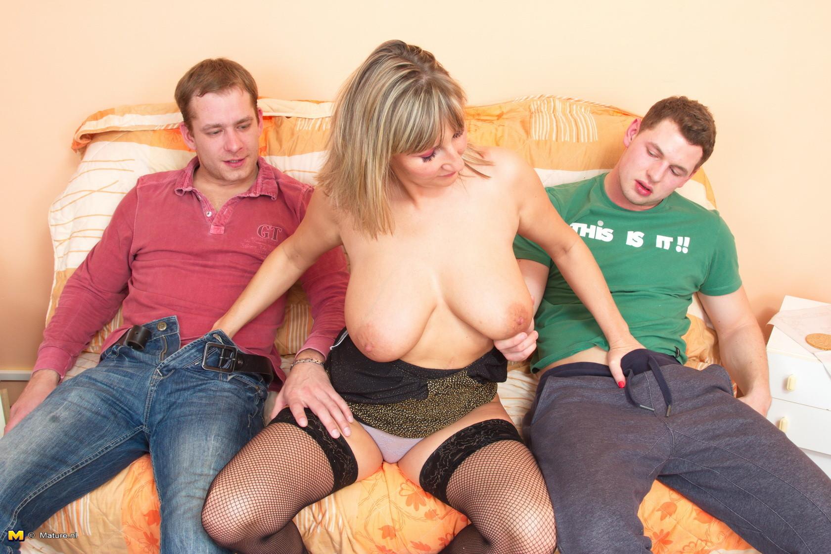 Русское порно дама совращает мальчика, Русская зрелая соблазняет мальчика - видео Yo-Sex 14 фотография