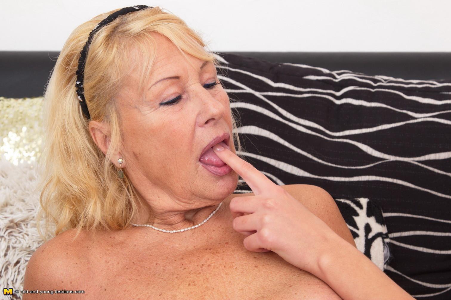 Молодая телочка оказывается очень развратной – она соглашается на уединение с пожилой женщиной