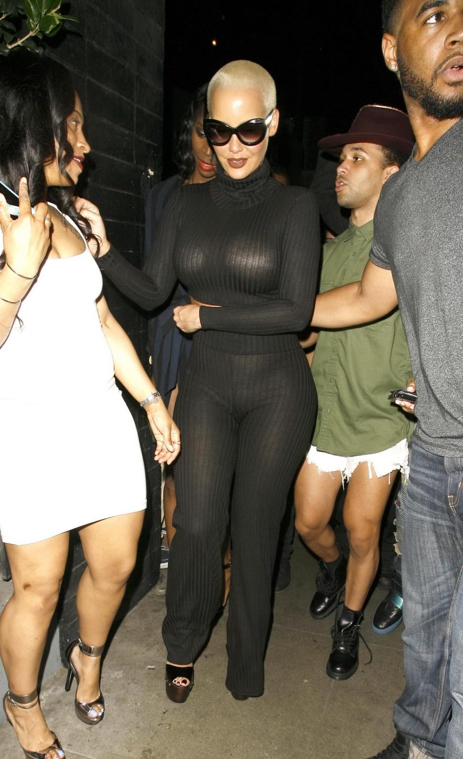 Телка с короткой стрижкой но очень большими дойками в черном костюме