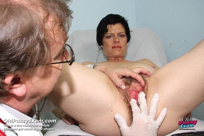 Женщина приходит к гинекологу, а тот устраивает ей тщательный осмотр и промывает зрелую пизду