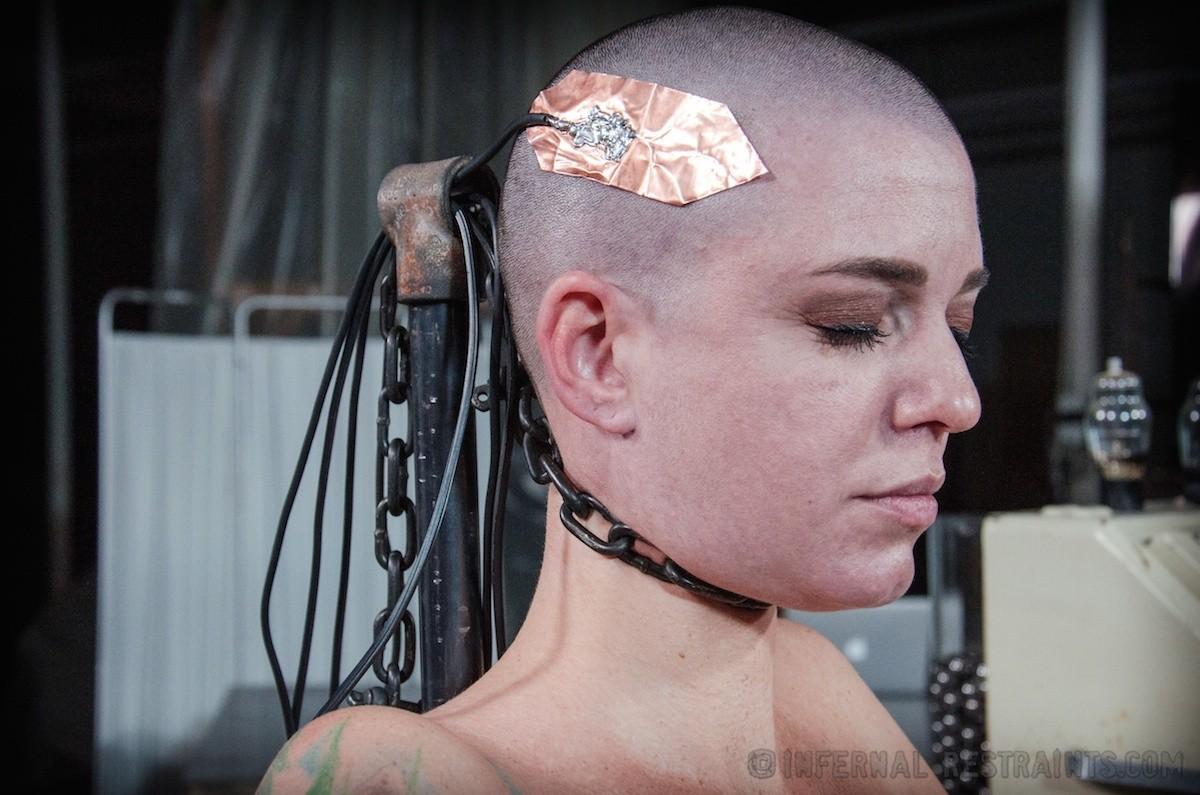 Лысую девку привязали к стулу и прицепили провода за её клитер