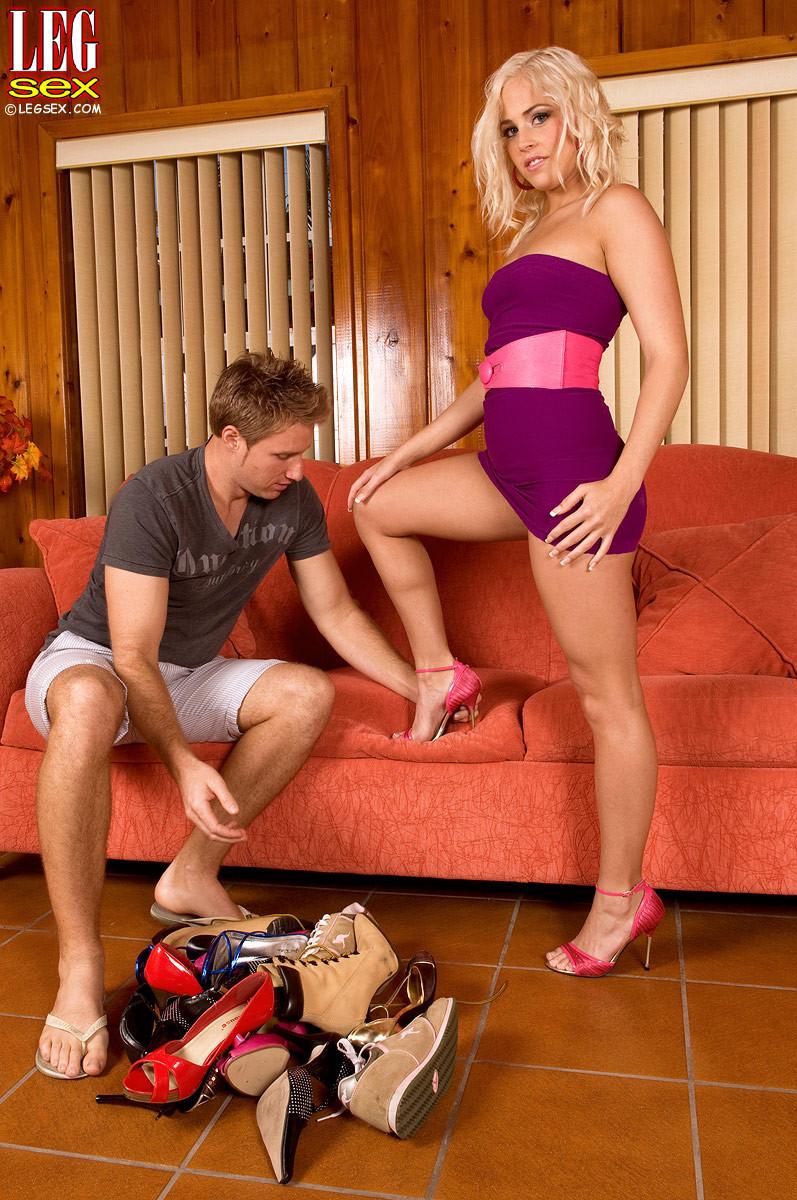 Жейден Пирсон примеряет на себя разные туфельки и позволяет целовать свои ножки, одновременно подставляя пизду
