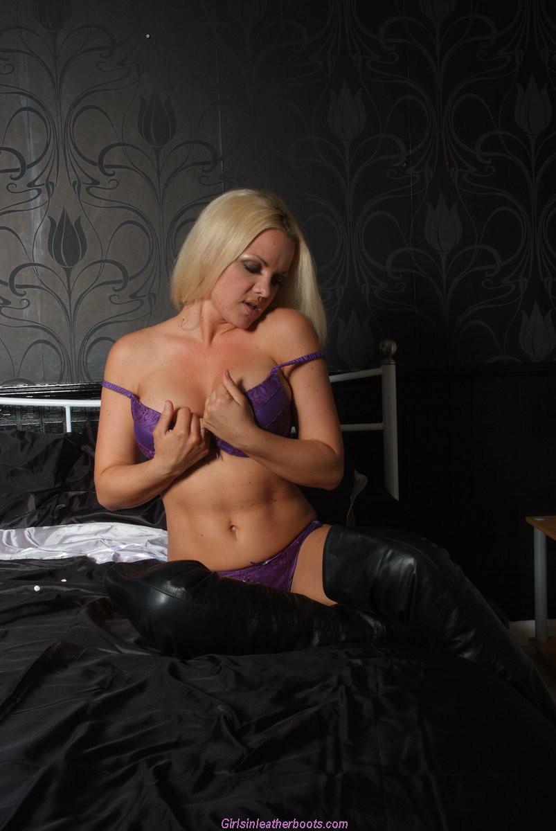 Эротичная блондинка показывает свое восхитительное тело