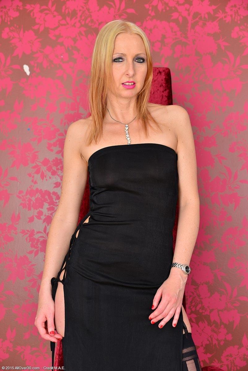Развратная блондинка показывает все свое соблазительное тело, которое способно возбудить любого