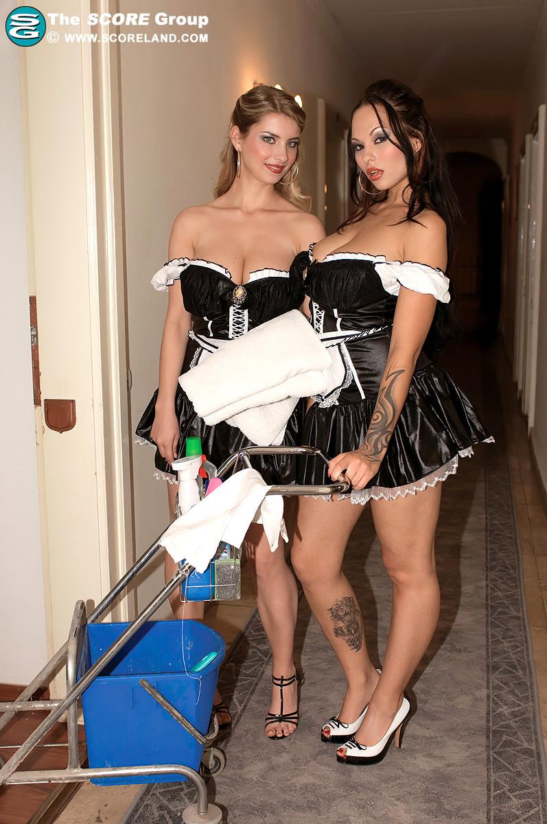 Красивая сучка снимает телку проститутку и проводит с ней лесбийские игры