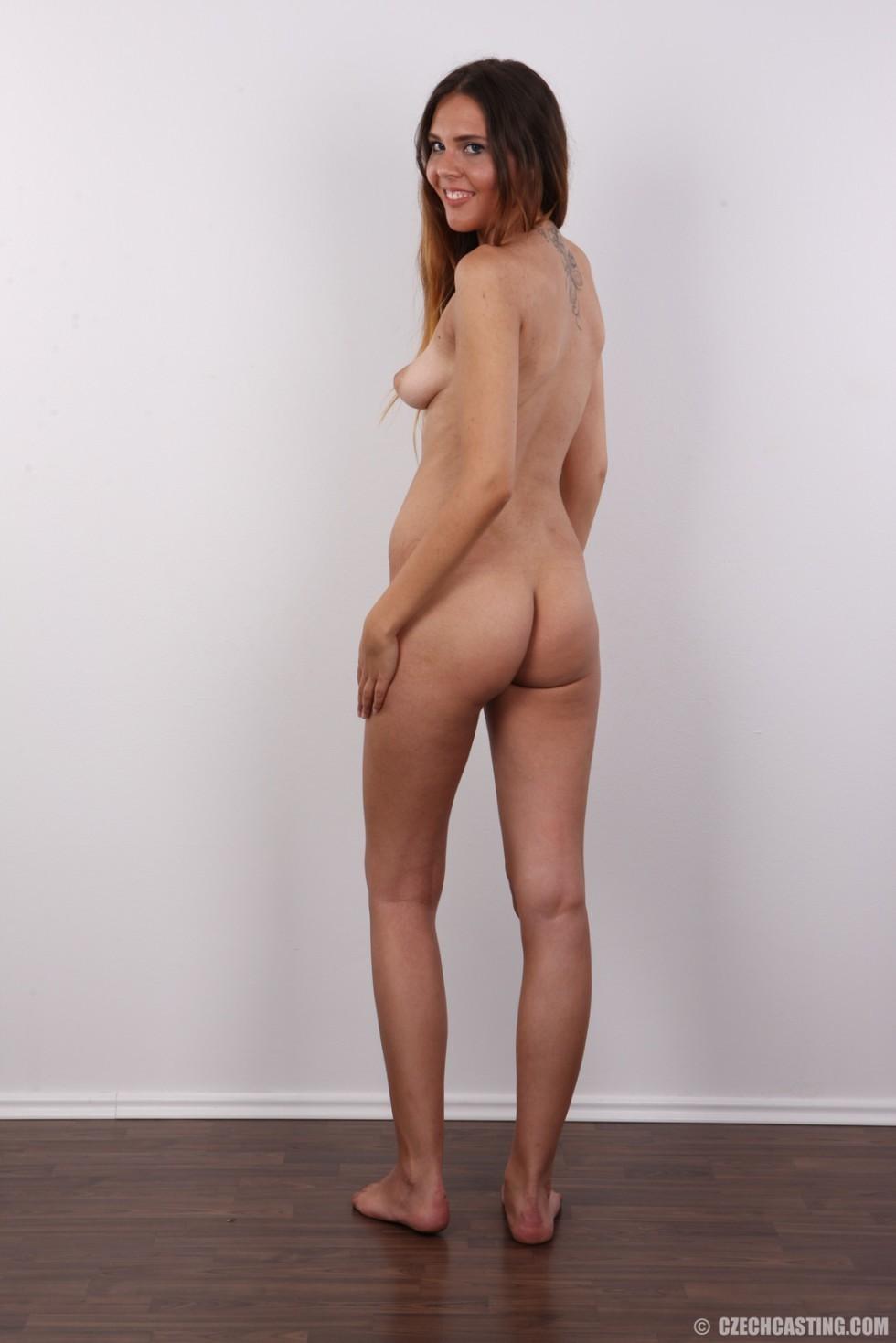 Девка с бритой пиздой раздвигает ноги сидя на высоком стуле
