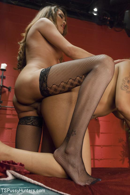 Лесбиянка массажистка соблазняет привлекательную клиентку и вылизывает ее промежность