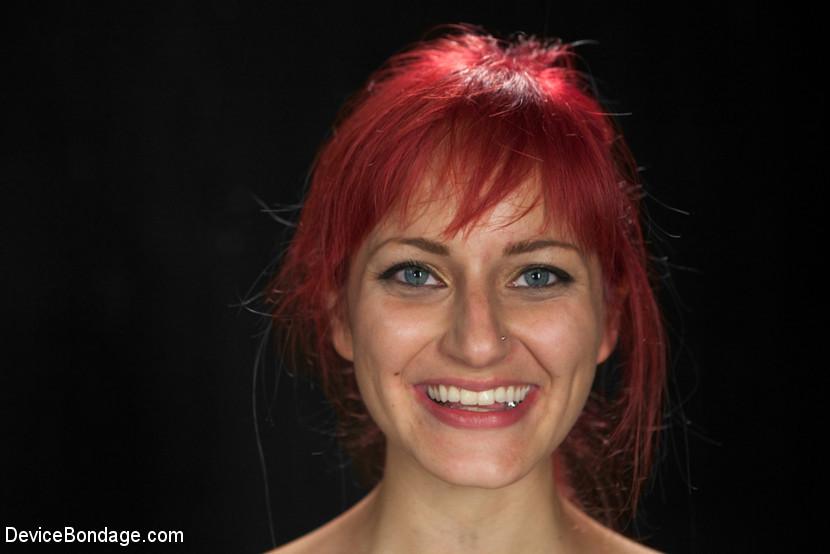 Над рыжеволосой красивой девушкой Phoenix Askani провели БДСМ эксперименты