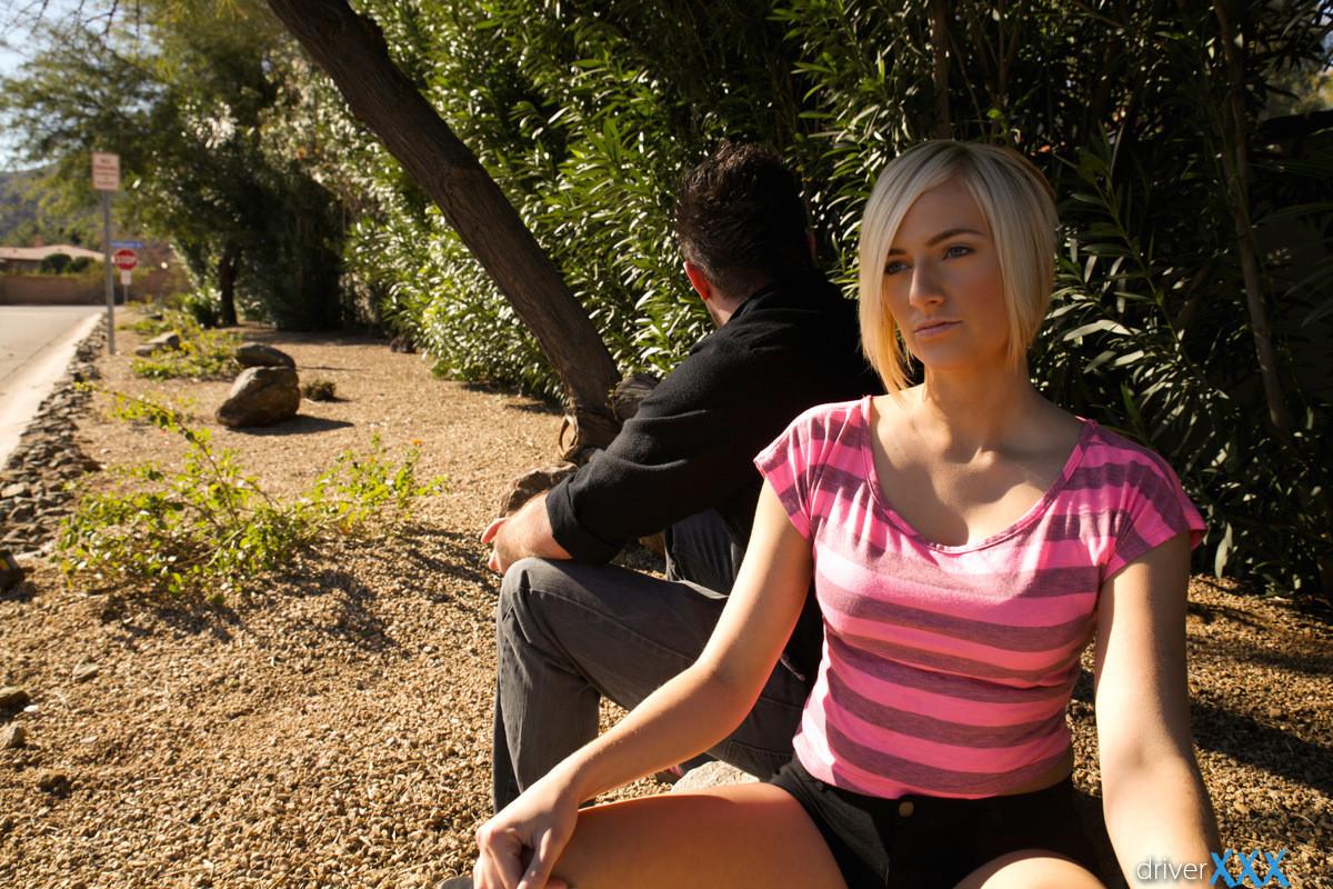 Блондинистая проститутка взяла длинный член в свой глубокий ротик