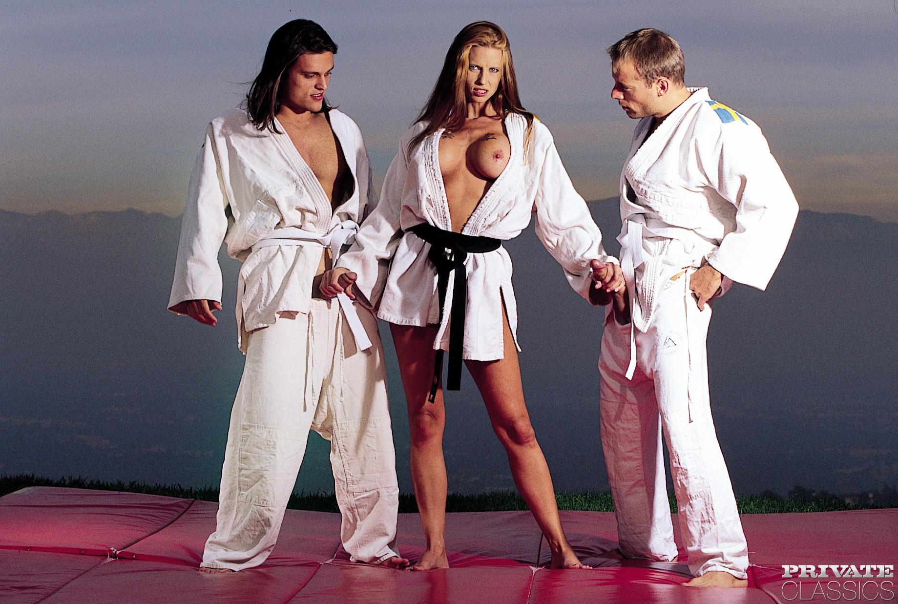 Очередная тренировка с красивыми мужиками закончилась для телки сногсшибательным аналом и даже двойным проникновением