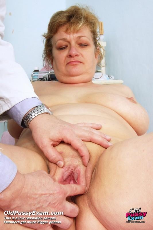 Женщина соглашается на полный осмотр – она готова раздвинуть ноги перед развратным доктором