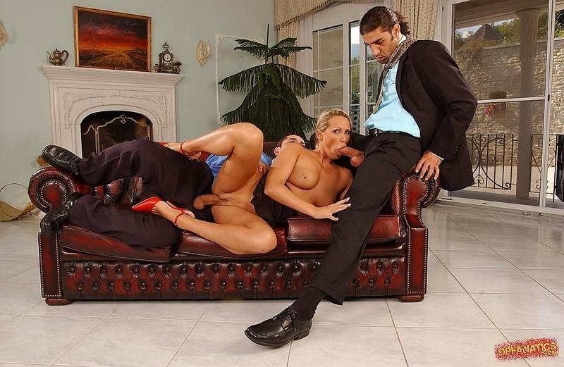 Элитная телка из эскорта обслуживает двух мужиков с большими пенисами, она трахается за бабки