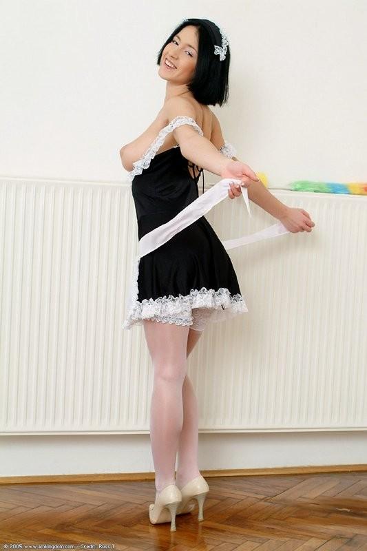 Азиатка любит работать веником для уборки пыли, особенно между своих стройных ног