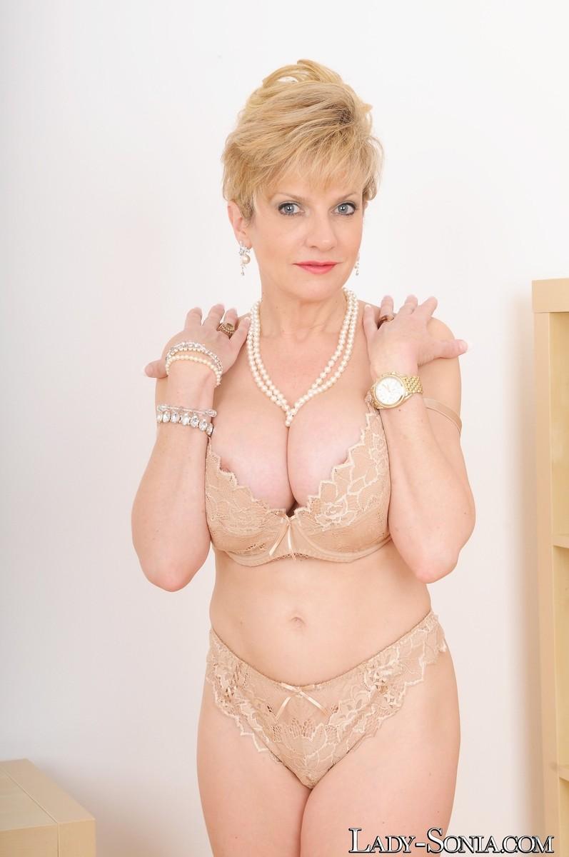 Леди Соня – зрелая блондинка, которая показывает себя со всех сторон, представляя самые выгодные части тела