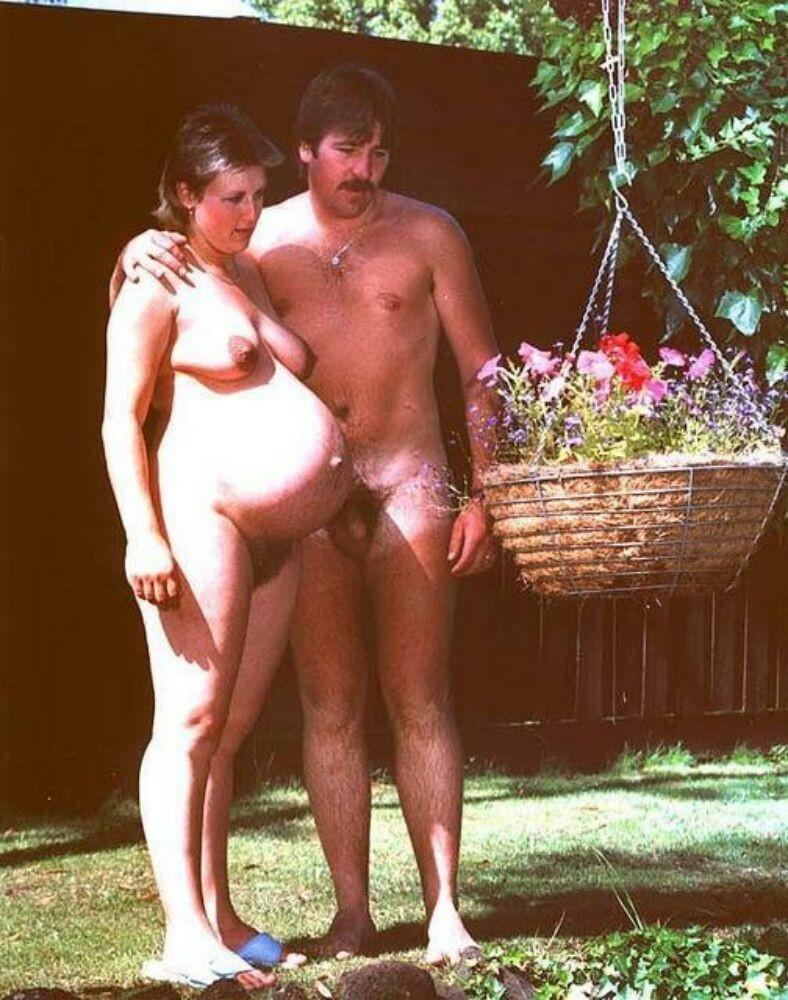 Девушки в положении очень хотят быть желанными и показывают свои обнаженные тела перед всеми