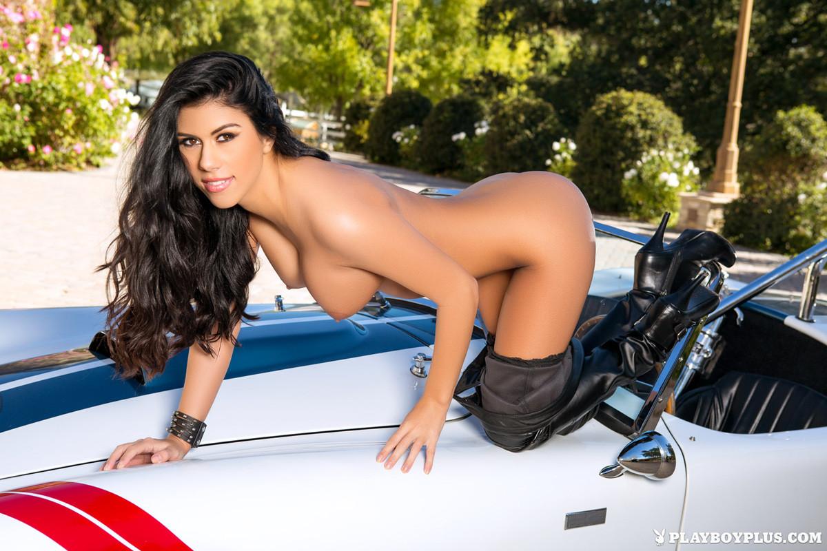 Опытная мадам выставляет напоказ свои игривые груди стоя около машины