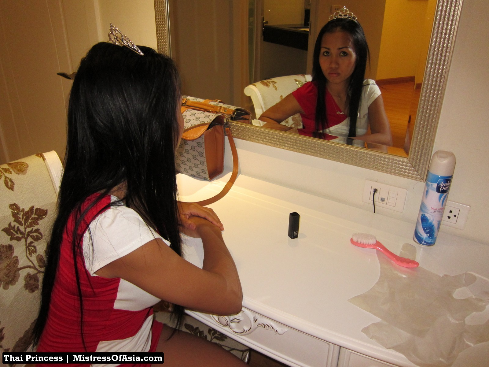 Красивая азиатская девушка со стройной фигуркой засветила свои трусики
