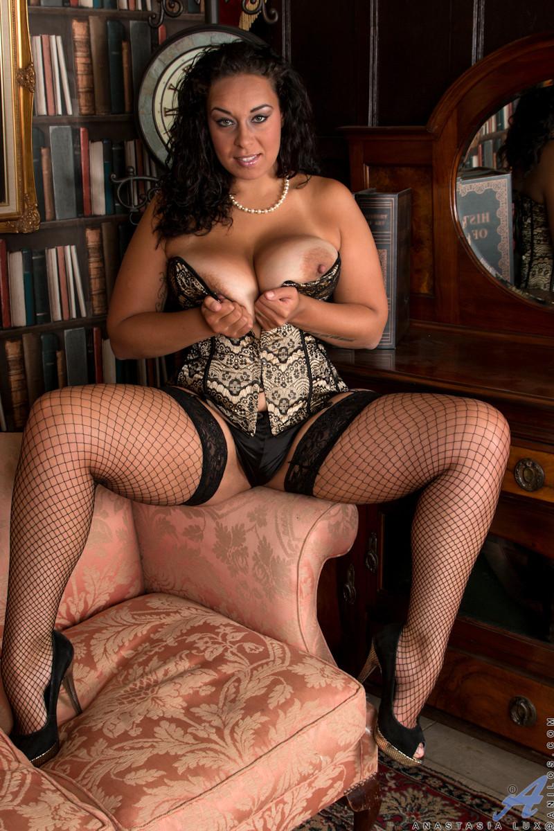 Сисястой Анилос захотелось порадовать мужа классным стриптизом, она знает, как он реагирует на эротическое белье