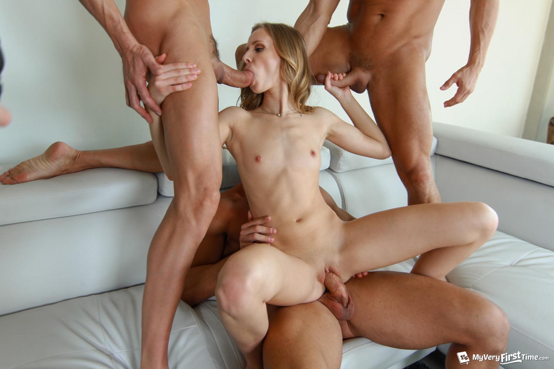 Три мускулистых паренька во все дырочки отперли молоденькую блондиночку