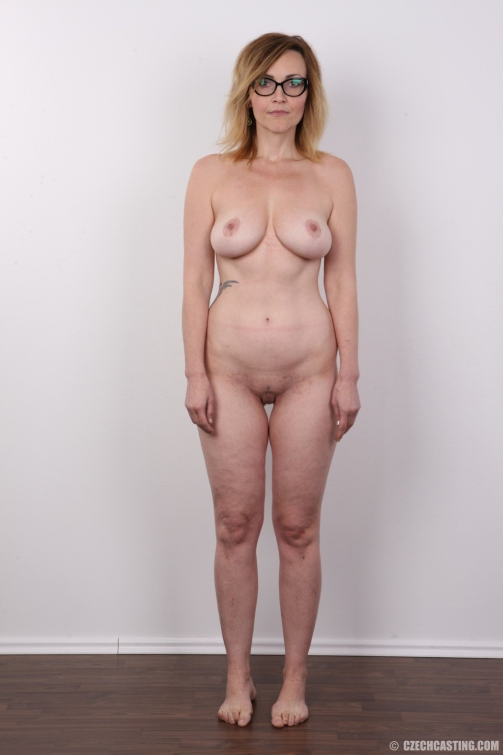 Опытная дамочка решает принять участие в чешском кастинге и показывает свое немолодое тело