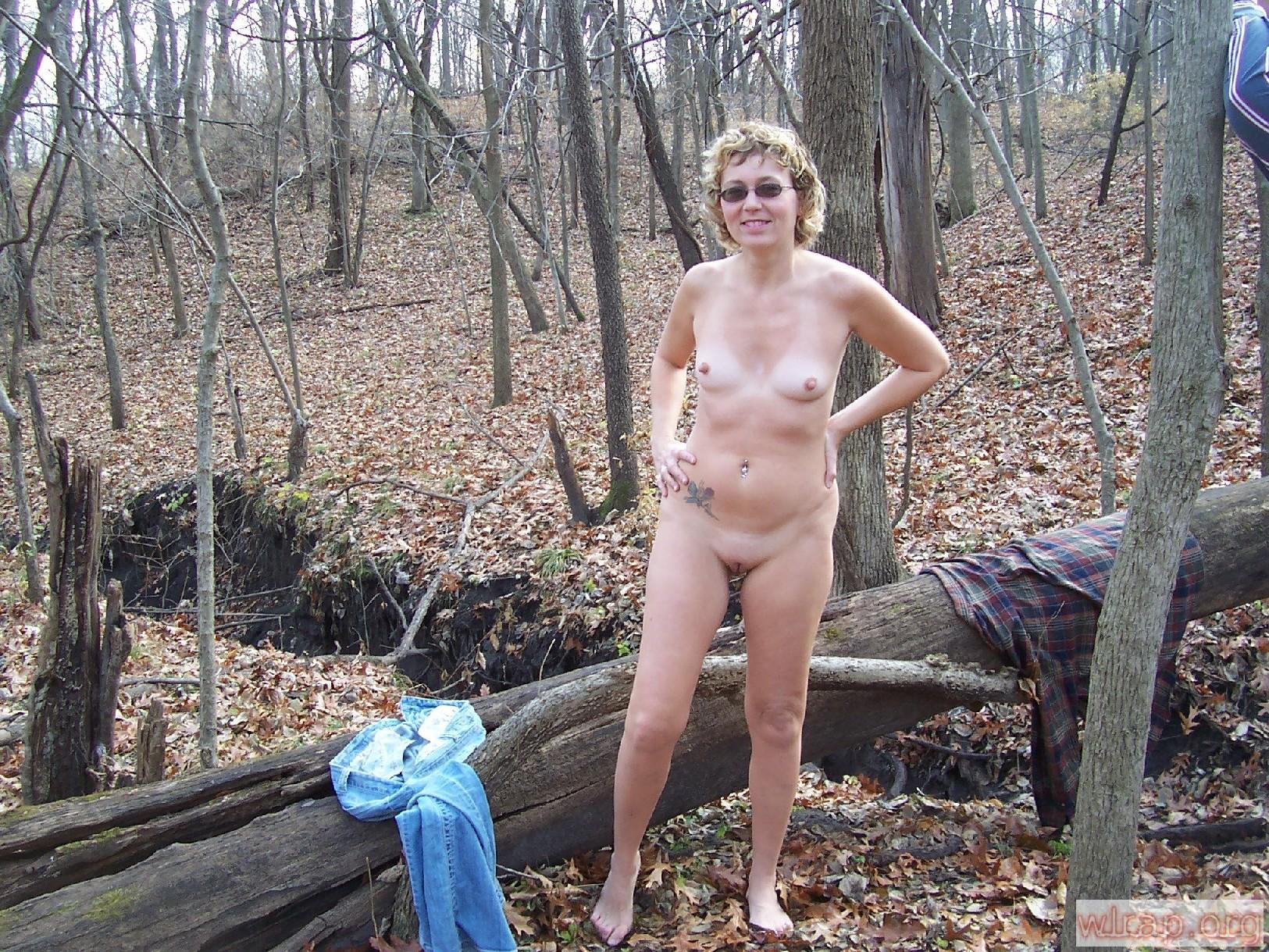 В общественном парке зрелая баба показывает свое рыхлое тело всем