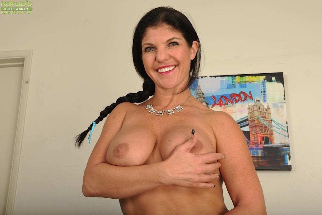 Коралэйн Джевел – сексуальная брюнетка с большими буферами, которая знает все свои самые выгодные ракурсы